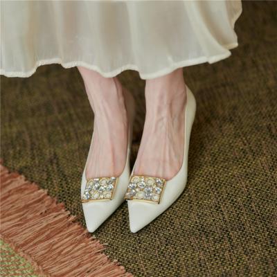 ホワイト ラインストーンバックル ローヒール 通勤靴 レディス5.5CMパンプス